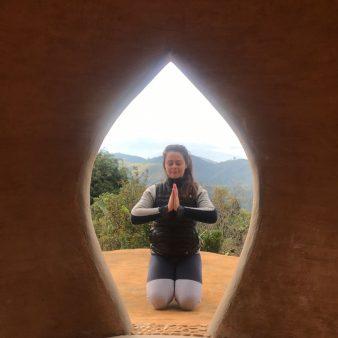 Gisele meditando frente Gota Espaço presença